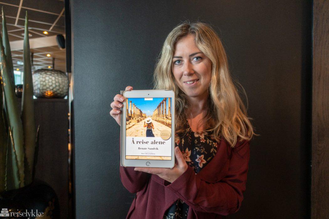 Renate Sandvik med eboka Å reise alene