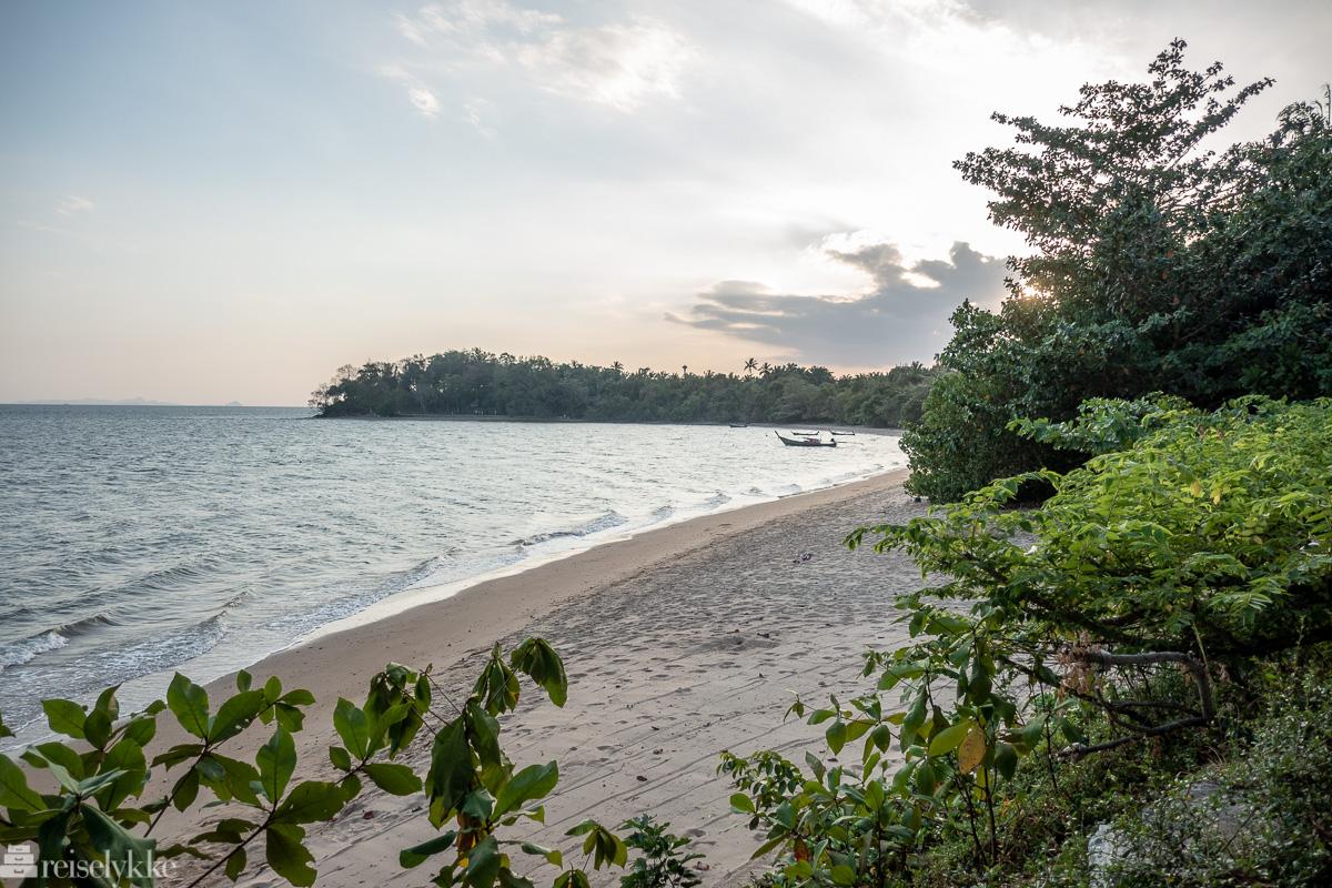 Stranda med utsikt mot og gangsavstand til Krabi's Fossil Shell Beach