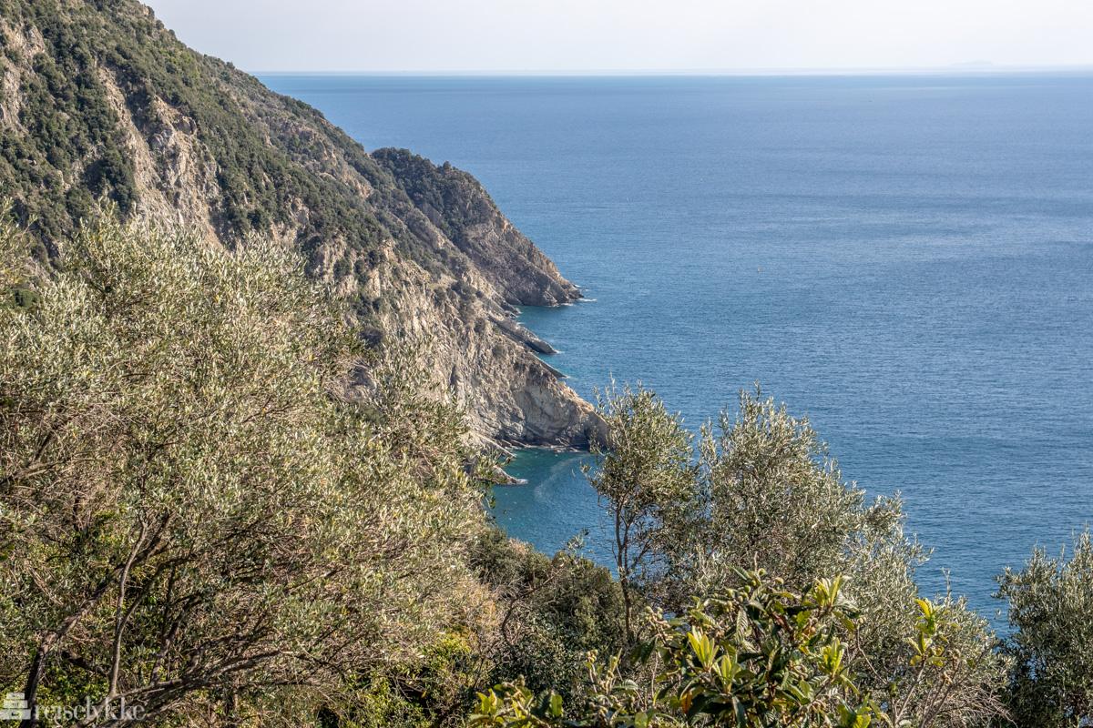 Utsikt mot hav og klipper