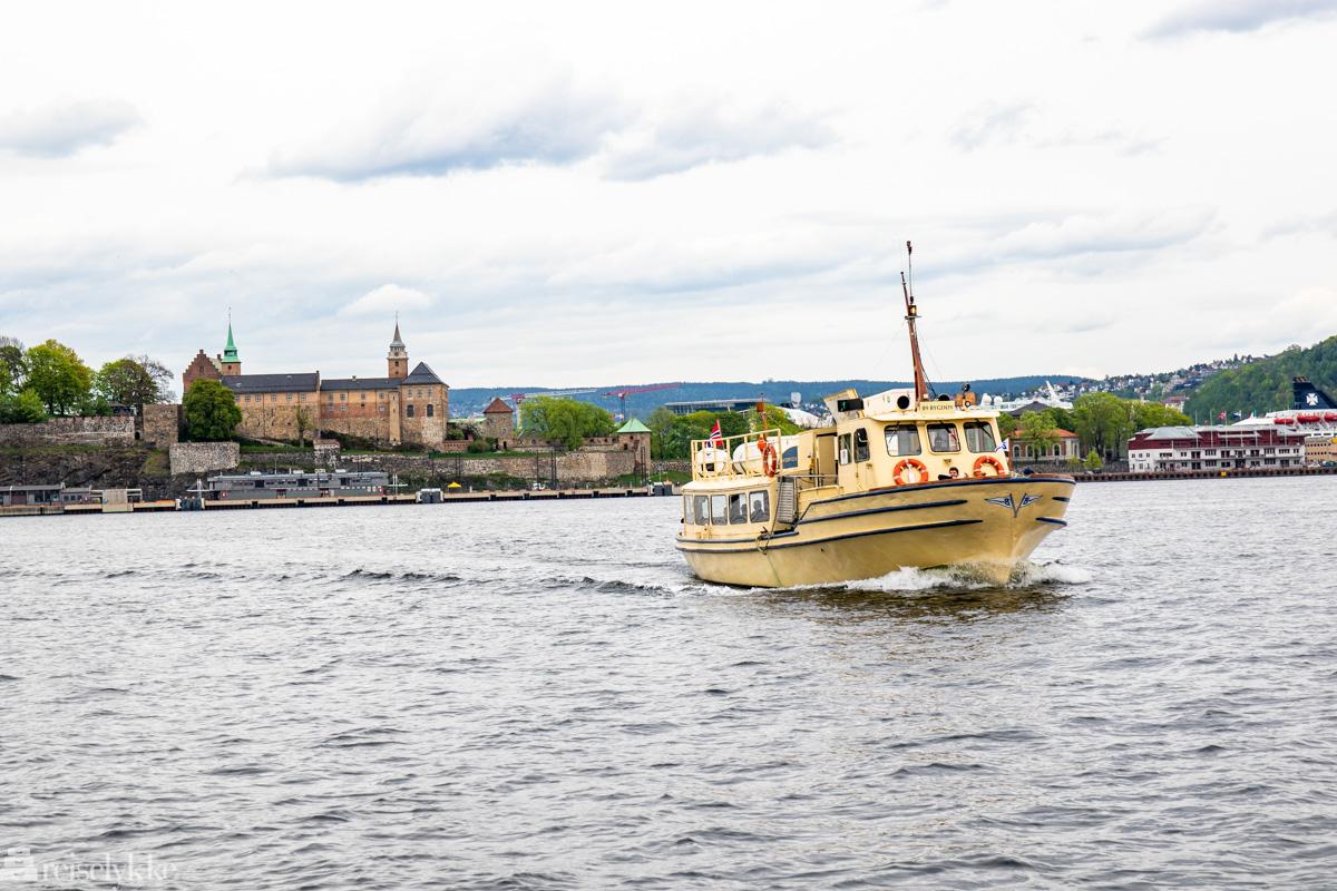 Bygdøybåten i Oslofjorden og festningen i bakgrunnen