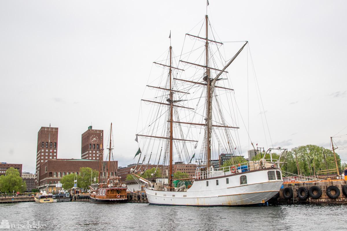 Oslo rådhus, Rådhuskaien og en seilskute - bybilde fra Oslo