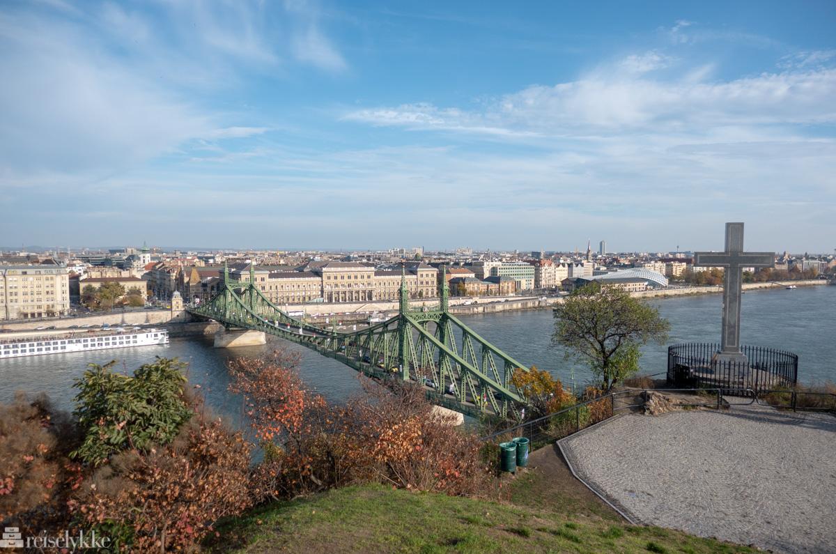 Utsikt mot Liberty Bridge fra Géllert Hill