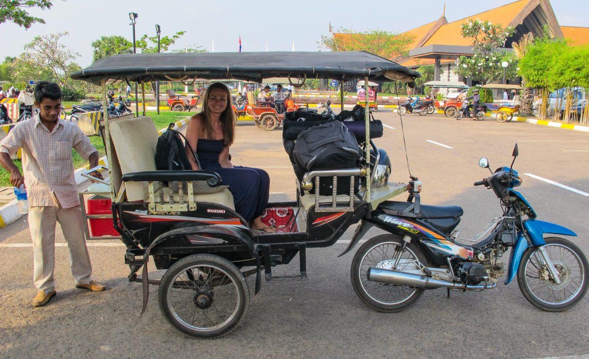 på reise i tuktuk i kambodsja