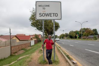Richard ved skiltet Soweto
