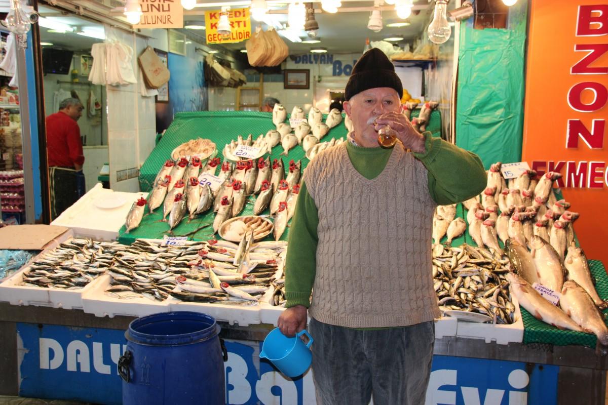 Fiskeselger i Üsküdar poserer med sin te