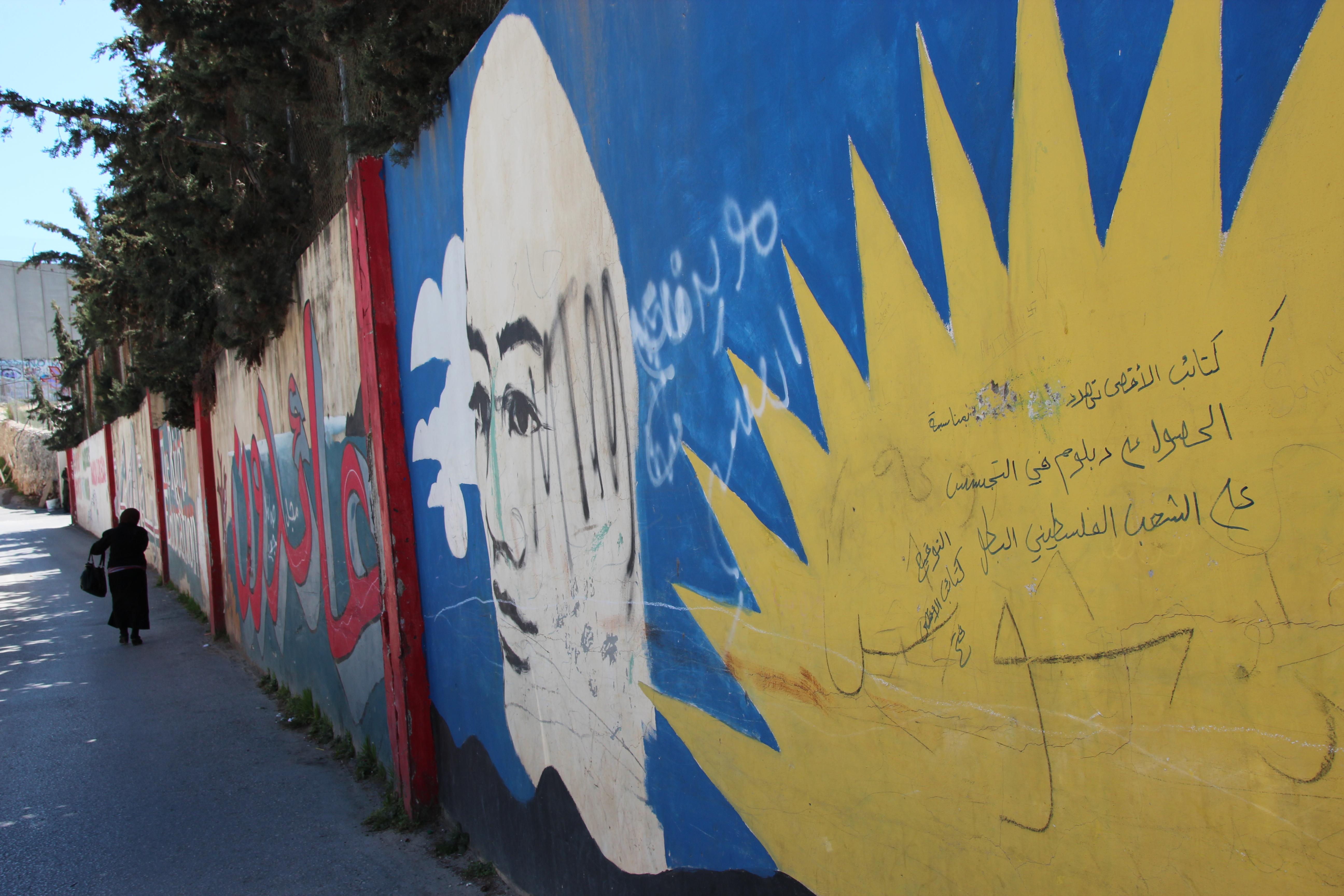 Store deler av separasjonsmuren på Vestbredden er dekket av grafitti. Foto: Reiselykke