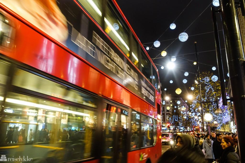 Byguide London: Julestemning med rød buss i travle Oxfordstreet
