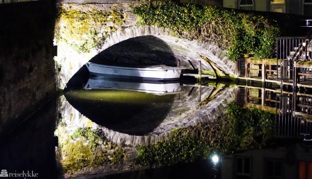 Kanal i Brugge om kvelden