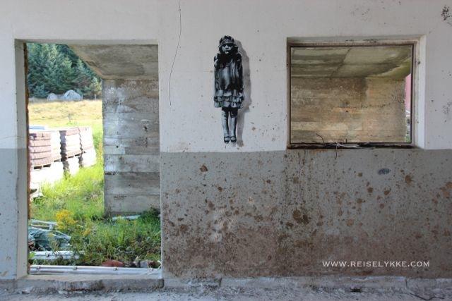 Gatekunstneren JPS på Utsira_På bakveggen henger dette spøkelset ...