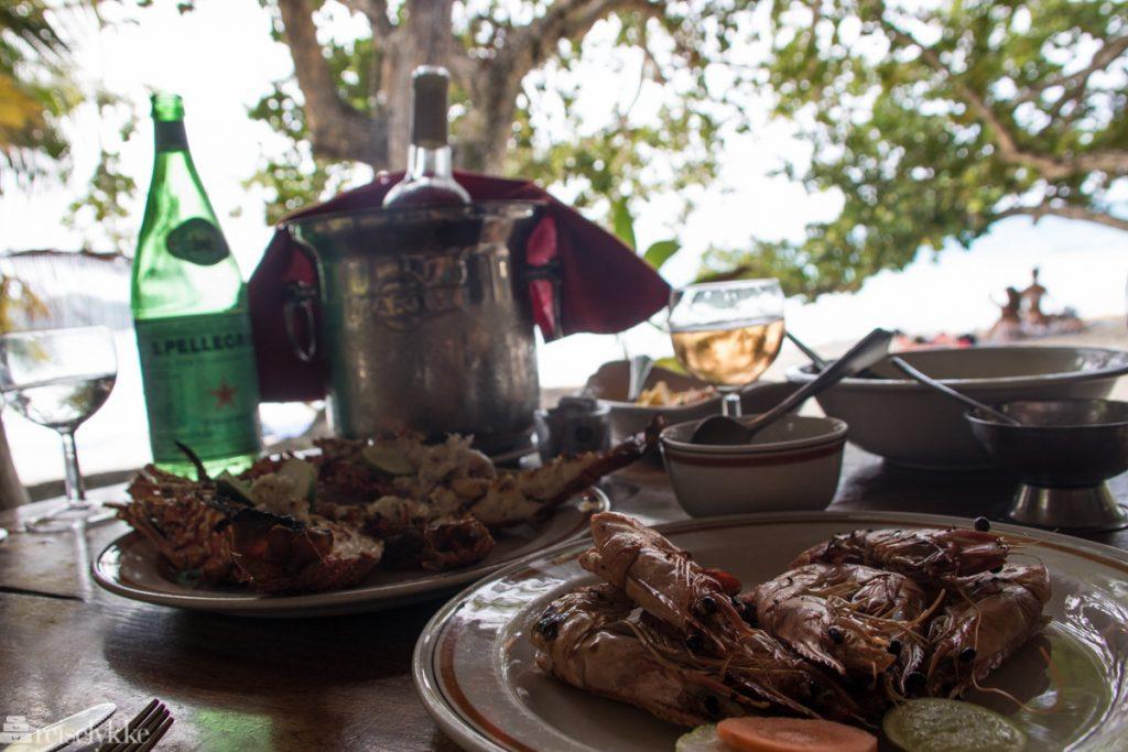Herremåltid på enkel restaurant Anse Lazio Praslin Seychellerna
