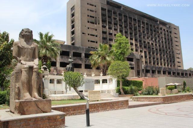 Det nedbrendte hovedkvarteret til Mubarak