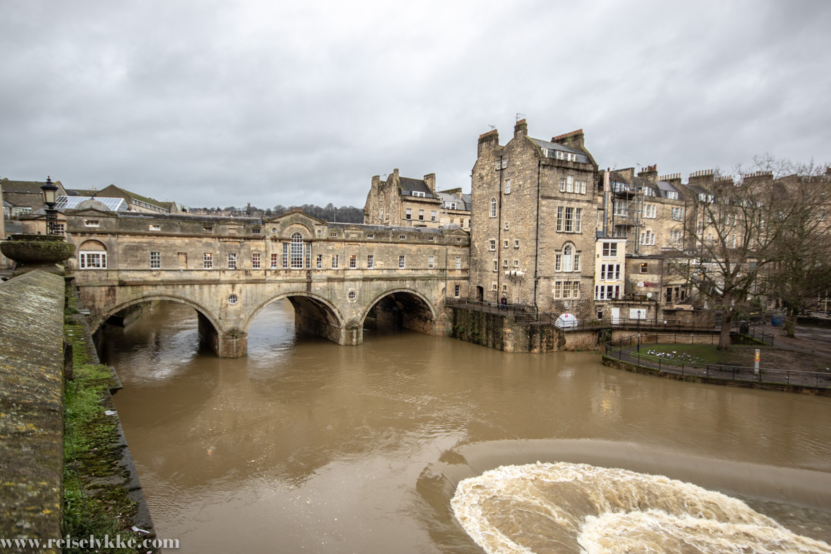 Men Bath bærer også et tydelig litterært preg, merket av Jane Austens ånd og romanene som har utspring i byen. Med elegante bygninger, lekre hager og parker, tradisjonsrike serveringssteder for «afternoon tea» og den historiske «Bath Bun», er dette et koselig sted å legge turen for de aller, aller fleste. Ikke minst for Jane Austen-fans, som kan vandre i forfatterens fotspor. Jeg tok turen alene til Bath tidligere i år. Jeg ankom ganske sent på kveld, da det var mørkt ute. Neste morgen startet jeg dagen med en rusletur i den elegante parken Parade Gardensved elven Avon. Med et tre utformet som en oppslått bok og fjærpenn, var det liten tvil om hvem som var inspirasjonen for denne gartneren. Men også ved Royal Crescent, der jeg hadde fått vite at Jane Austen hadde for vane å legge søndagsturene sine, var det ikke vanskelig å forestille seg hvordan sosieteten med sine flotte kjoler spaserte gatelangs på brosteinen i Bath på sin tid.