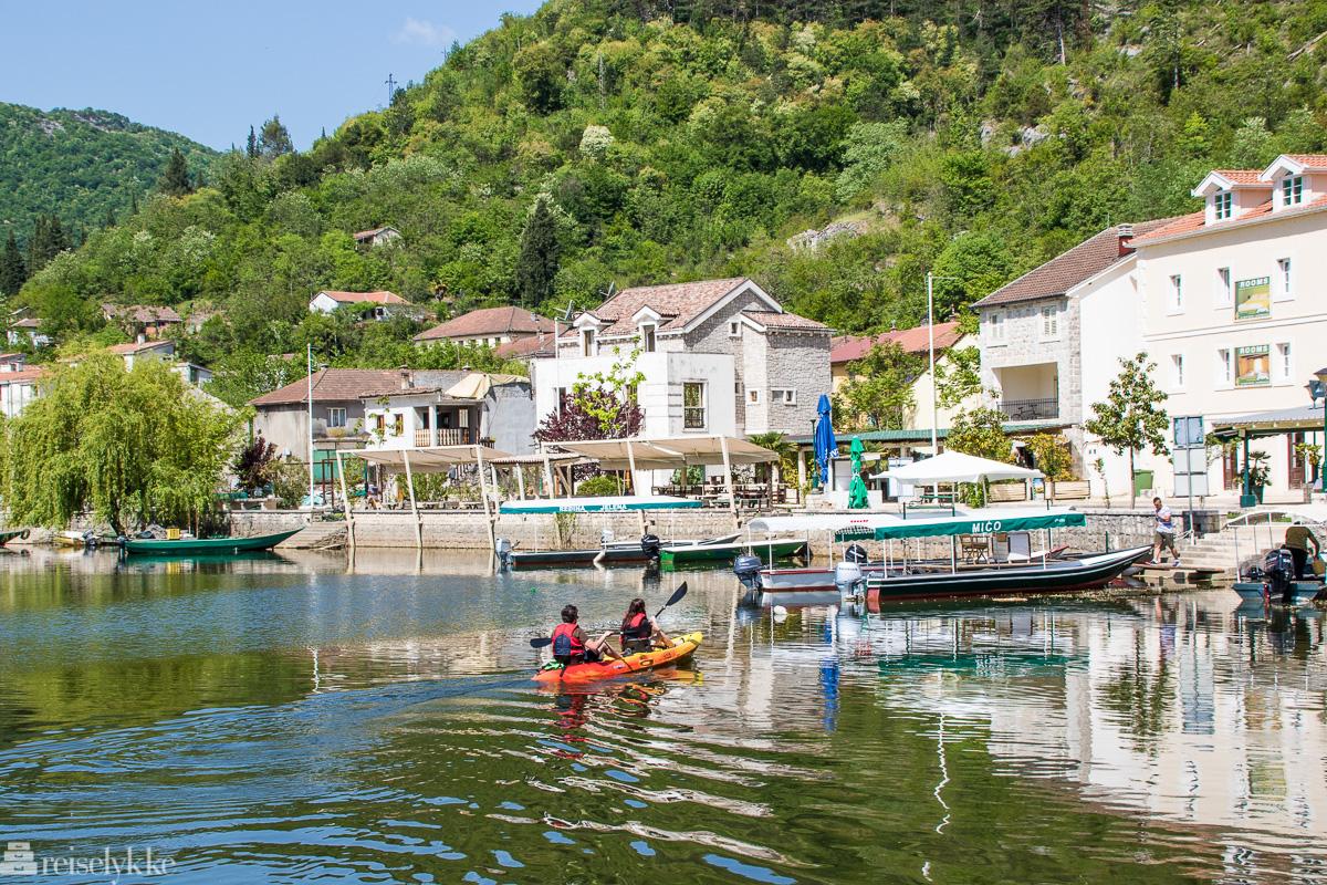 Kajakkpadlere ved Rijeka Crnojevića nær Shkodërsjøen