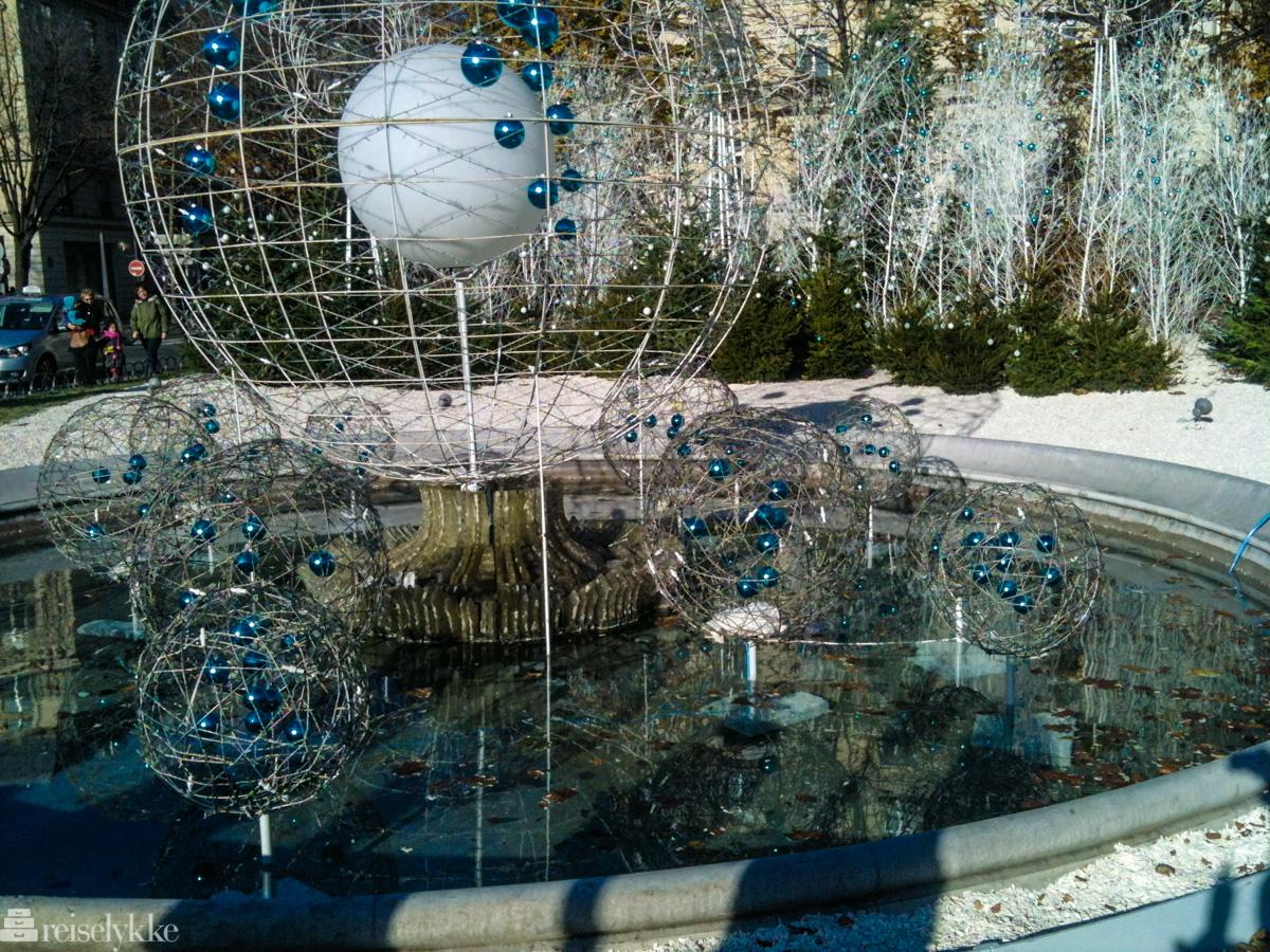 Minimalistisk juledekor ved Champs Elysees i Paris