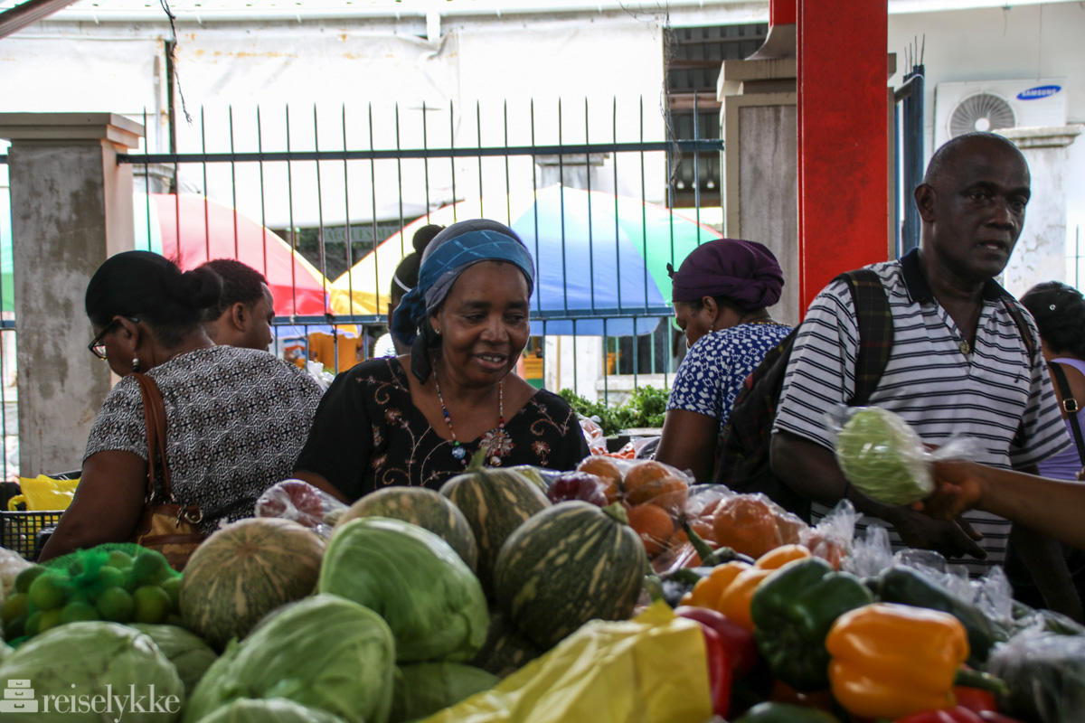 På det lokale markedet i Victoria, Mahé, Seychellene