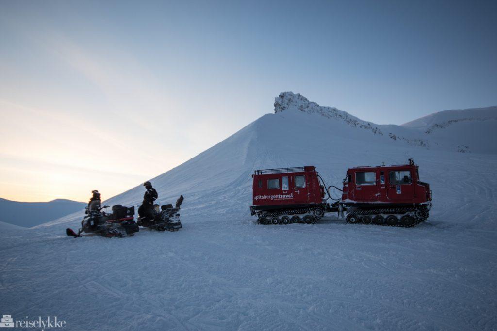 Snøskuter og beltebil på Longyearbreen, Svalbard