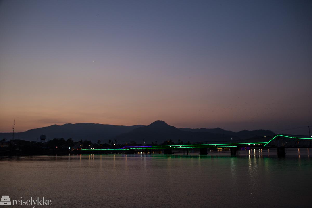 Solnedgang og opplyst bro Kampot