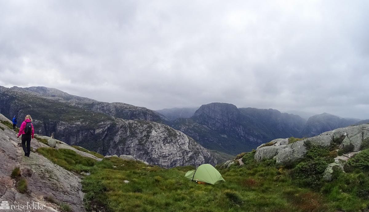 Telt med utsikt langs sti til Kjerag