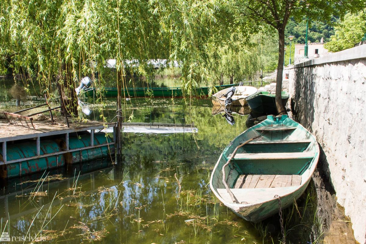 Tradisjonsrik fiskebåt ved Rijeka Crnojevića