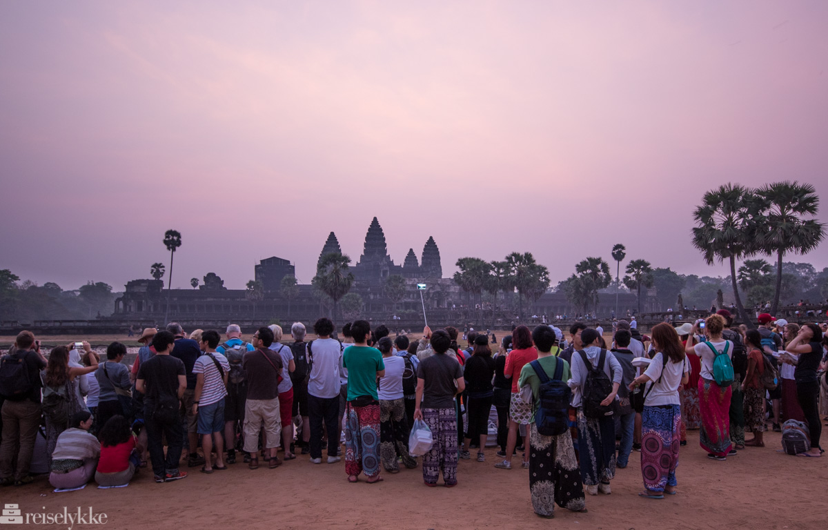 Turister ved soloppgang Angkor Wat