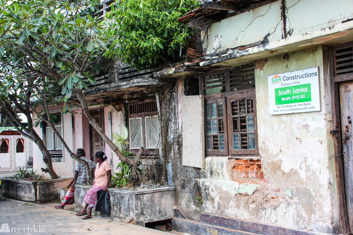 Waiting: et par som sitter i gata i Galle, Sri Lanka